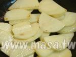 馬鈴薯切薄片炒到熟